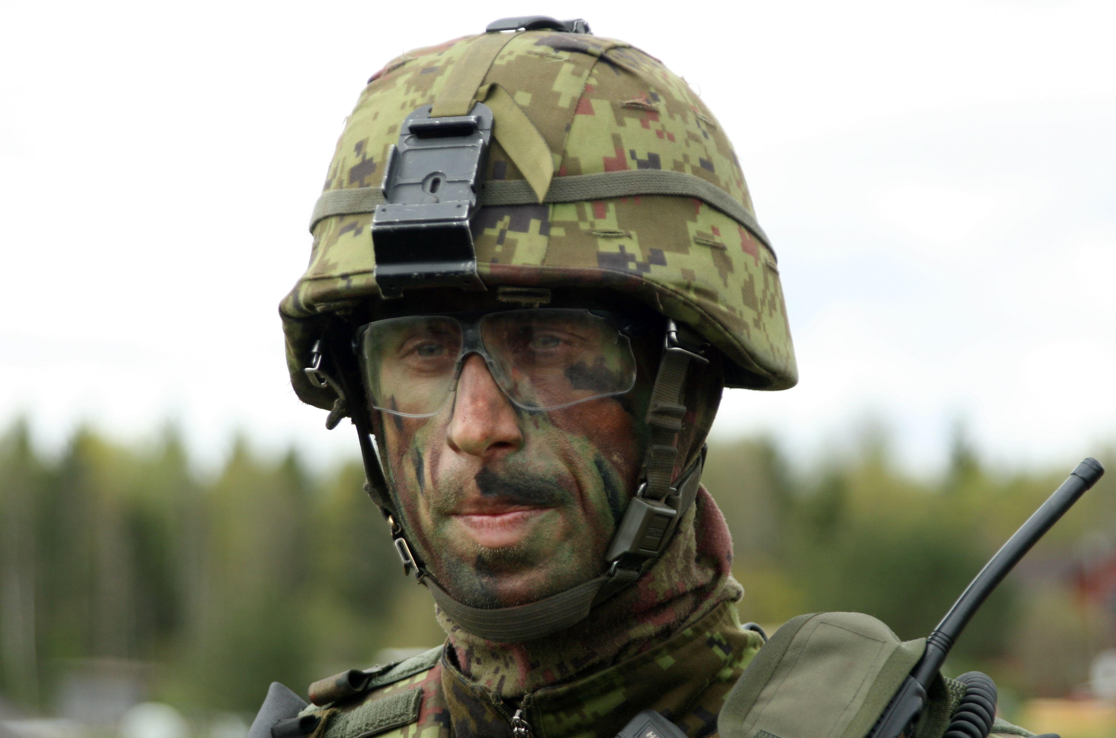 """Igaunijas Aizsardzības spēku kapteinis  Igaunijas militāro mācību """"Siil 2015"""" (""""Ezis 2015"""") laikā, kurās piedalās vairāk nekā 13 000 karavīru no Igaunijas Aizsardzības spēku aktīvā un obligātā militārā dienesta, un rezerves dienesta, kā arī brīvprātīgās Aizsardzības līgas """"Kaitseliit"""" (Zemessardzes) un astoņām NATO dalībvalstīm."""